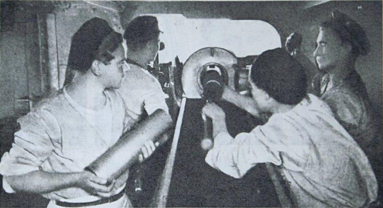 Тренировка в заряжании 100-мм гаубицы на мониторе