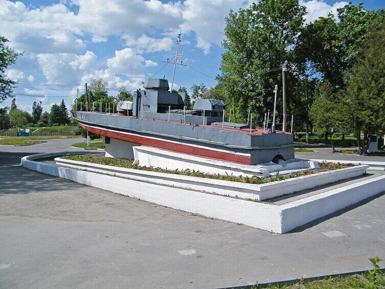 Памятник бронекатеру в Пинске