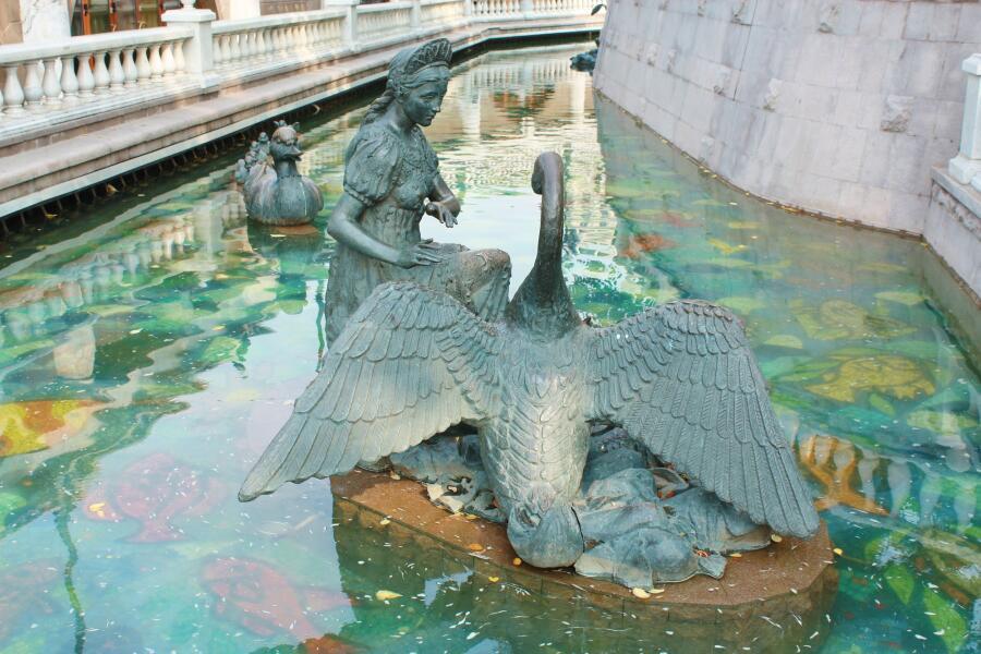 Скульптура на тему сказки «Гуси-лебеди», р. Неглинка, г. Москва
