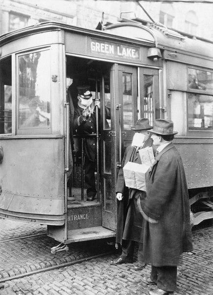 В Сиэтле во время «испанки» пассажиров пускали в трамвай только в защитных масках