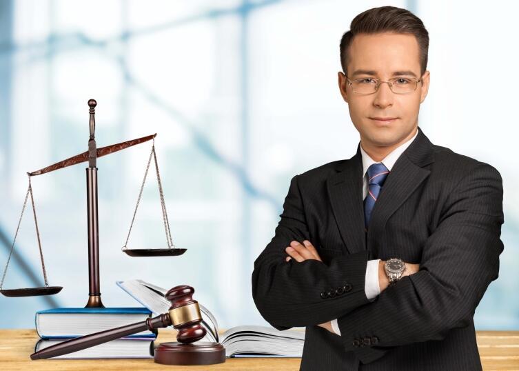 Любой адвокат - юрист, однако далеко не каждый юрист - адвокат