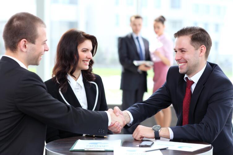 Консультацию можно получить у адвоката, но в случае если требуется солидная помощь, лучше направиться к юристу