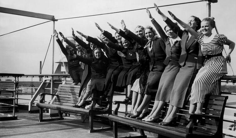 Группа немецких работниц и служащих во время круиза на борту пассажирского лайнера «Вильгельм Густлофф» организации «Сила через радость» (КДФ). Пропагандистское фото НСДАП, 1938 г.