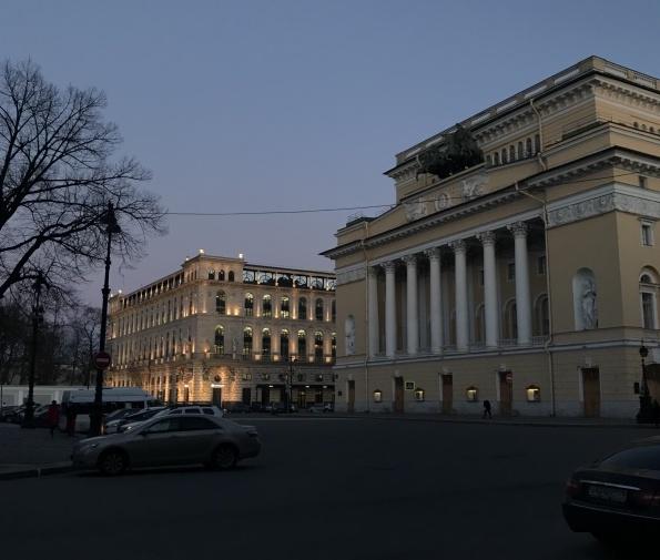Вид на Александринский театр вечером