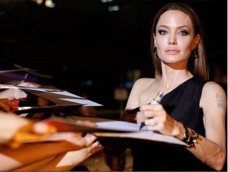 Левша Анджелина Джоли