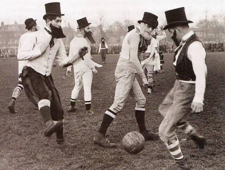 Как играли в футбол в разные времена разные народы?
