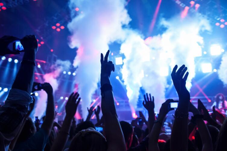 Очень громкие дискотеки сравнивали с наркотиками буйного действия
