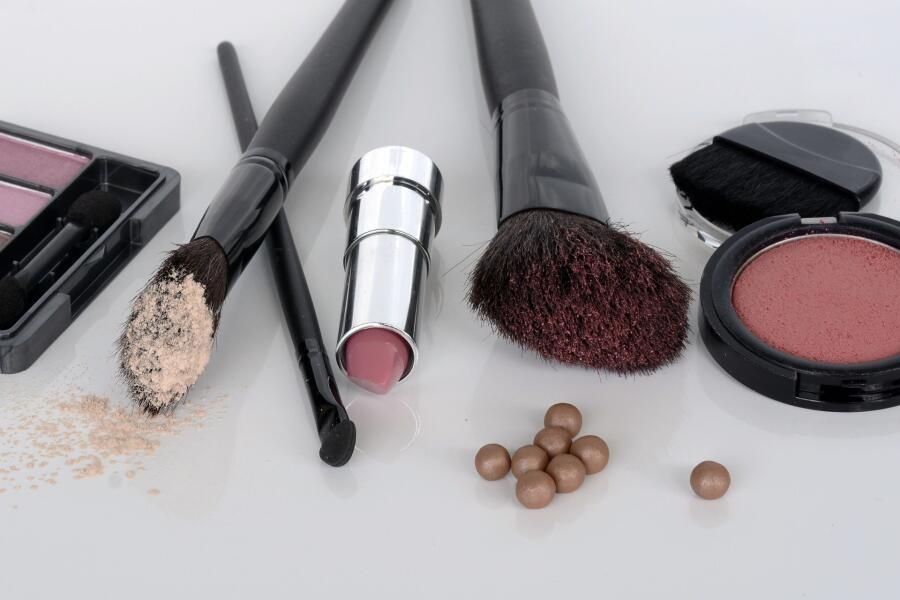 Какие средства должны быть в женской косметичке?