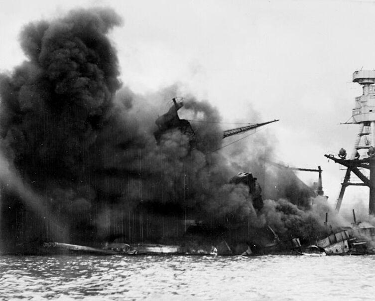 Атака на Пёрл-Харбор. Линкор «Аризона» горит после взрыва, вызванного попаданием японской бомбы