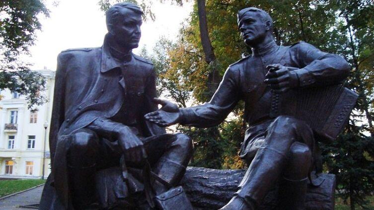 Памятник В. Теркину и А. Твардовскому в Смоленске