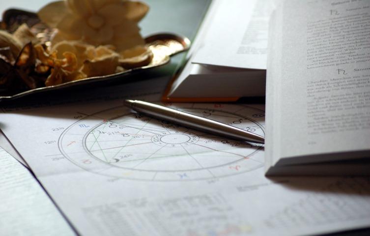 Стремление людей находить в гороскопах что-то лично для себя называется эффектом Барнума