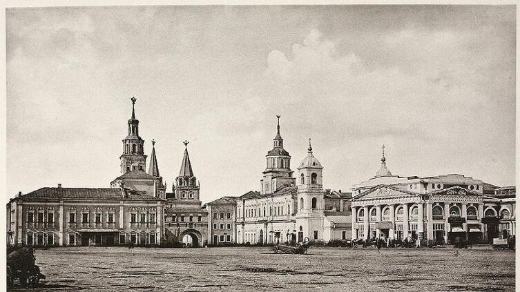 Здание Земского приказа на Красной площади — слева, было было снесено в 1874 г. для постройки здания Исторического музея