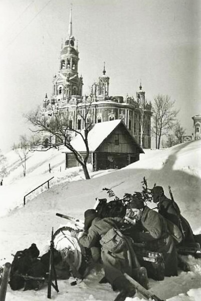 Советская артиллерия ведёт бой за Можайск, на заднем плане Никольский собор