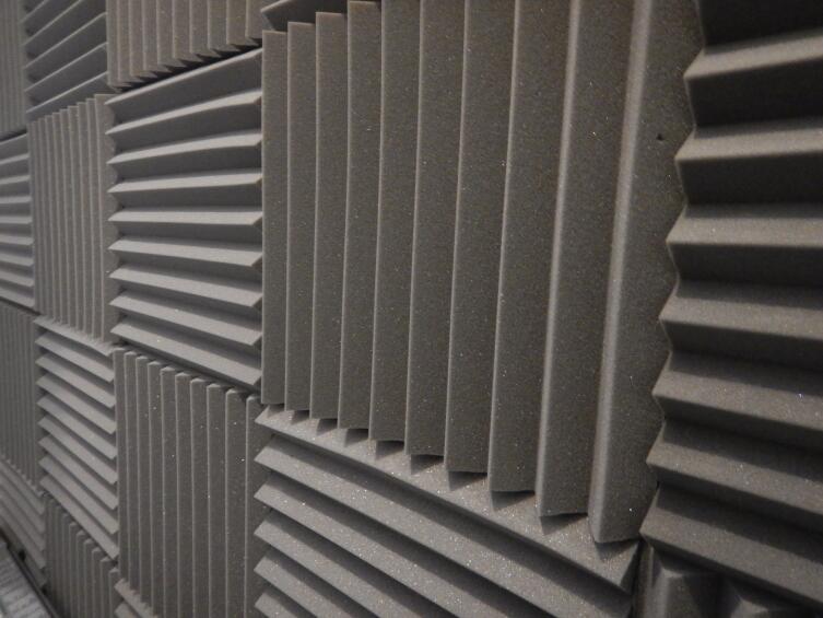 В СССР стеня сначала обклеивали рифлеными обоями, затем бумажными, получалась звукопоглощающая система