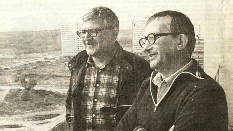 Братья Стругацкие на балконе московской квартиры А. Стругацкого, 1980-е гг.
