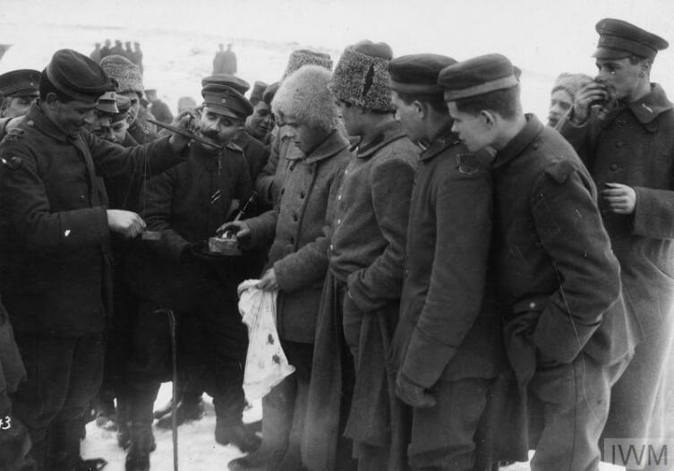 Обмен товарами между немецкими и советскими солдатами, февраль 1918 г.