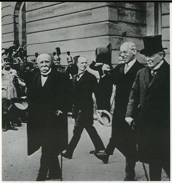 Подписавшиеся стороны Версальского мира. Ж. Клемансо, В. Вильсон, Д. Ллойд Джорж. Париж, 1919 г.