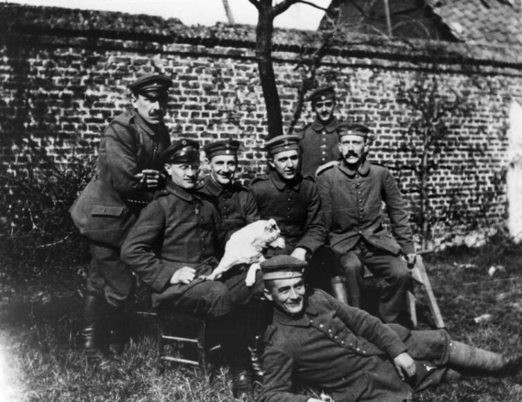Гитлер среди сослуживцев (сидит справа), 1914 г.