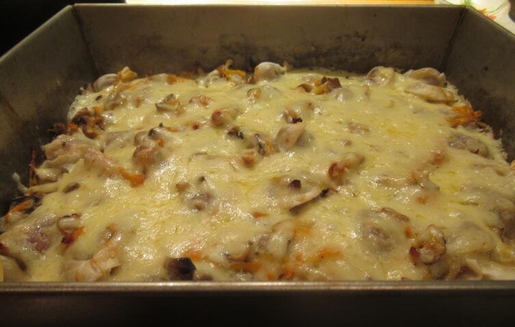 Минут через 10 после того, как посыпали пельмени тертым сыром, достаем противень из духовки