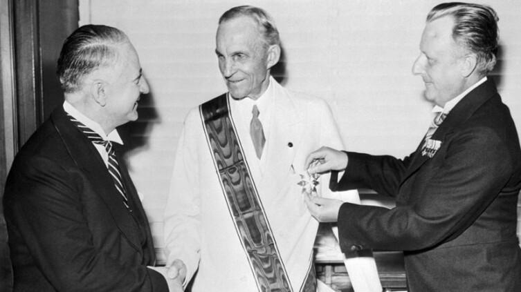 Генри Форд получает Железный крест Германского Орла