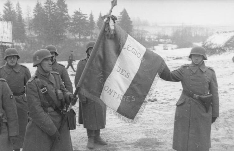 Французские добровольцы со знаменем легиона под Москвой в ноябре 1941 г. Легион воевал на стороне Германии
