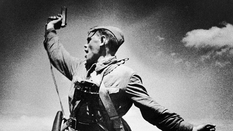 Комбат ведёт в атаку своих солдат, Украина, 1942 г.