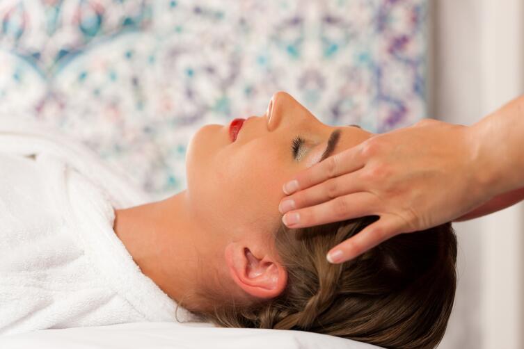 Зачем нужен массаж волосистой части головы?