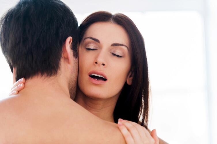 Женский оргазм возникает в связи со способностью дамы пылать от страсти в объятиях любимого мужчины