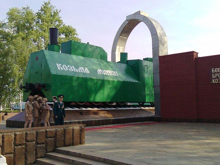 Реплика бронепаровоза БП «Козьма Минин» на постаменте в Нижнем Новгороде