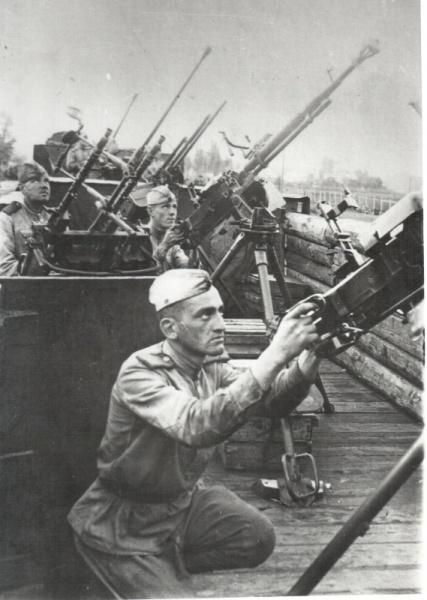 Советские зенитчики на железнодорожной платформе