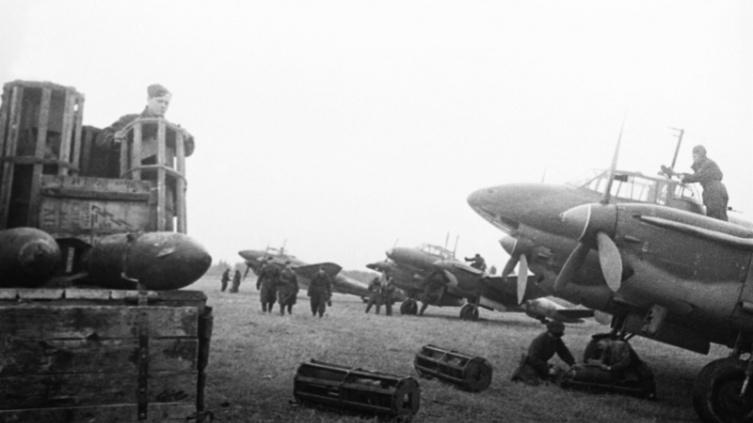 Подготовка советских бомбардировщиков Пе-2 к боевому вылету на Калининском фронте