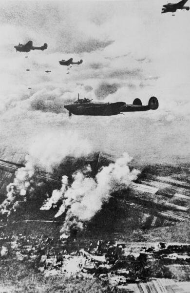 Советские пикирующие бомбардировщики Пе-2 сбрасывают бомбы на позиции противника
