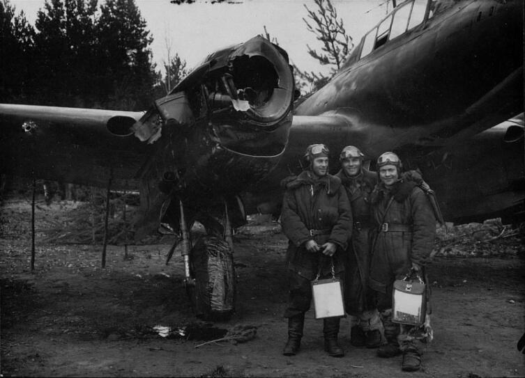 Экипаж старшего лейтенанта Михаила Батовского после возвращения из боевого вылета перед своим поврежденным самолетом Пе-2Р