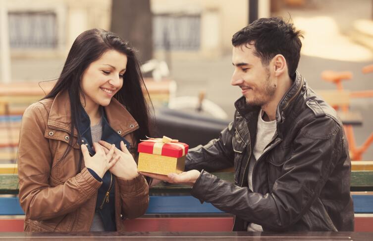 Дурацкий праздник, или Почему нельзя отказываться от мужских подарков?