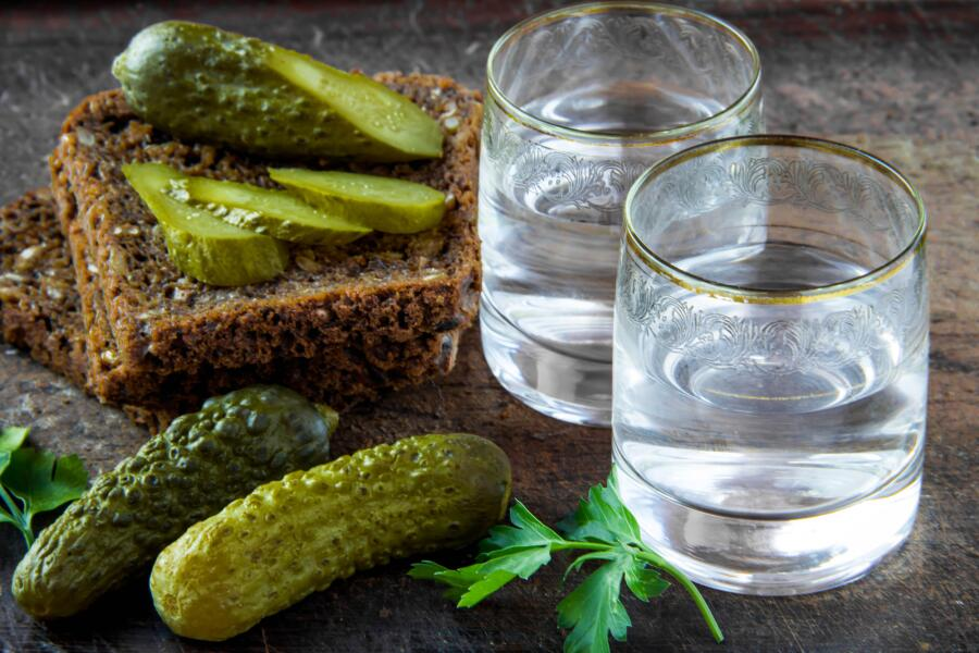 Русские пьют только в двух случаях. Когда есть солёные огурцы. И когда их нет...