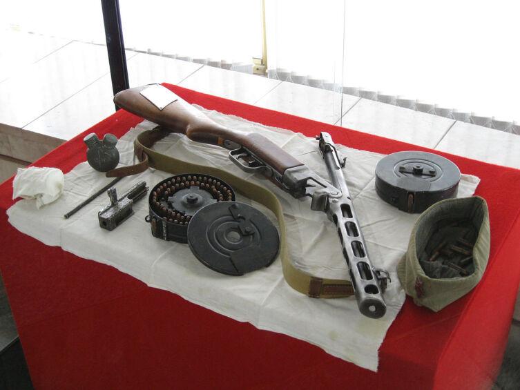 ППШ имеет ствольную коробку, слитую с кожухом ствола, затвор с предохранителем на рукоятке взведения. Экспонаты музея-панорамы «Сталинградская битва»