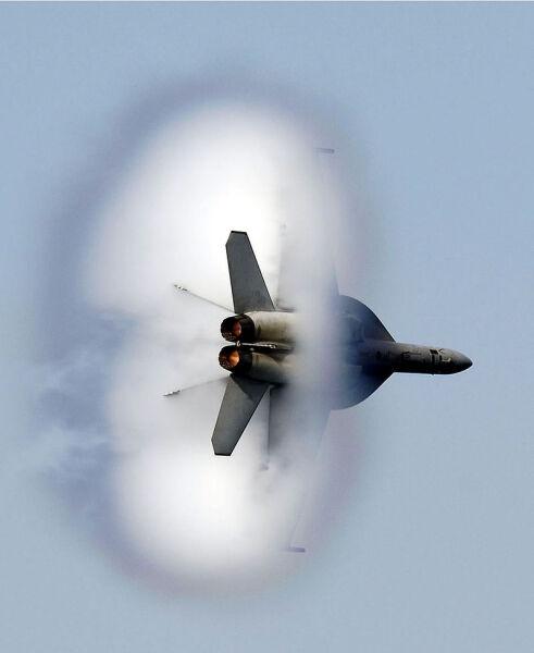 Полет F-18 окружённый облаком под влиянием эффекта Прандтля — Глоерта, проявляющегося в трансзвуковом режиме