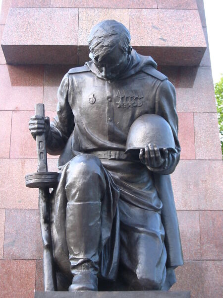 Памятник неизвестному солдату в Трептов-парке в Берлине