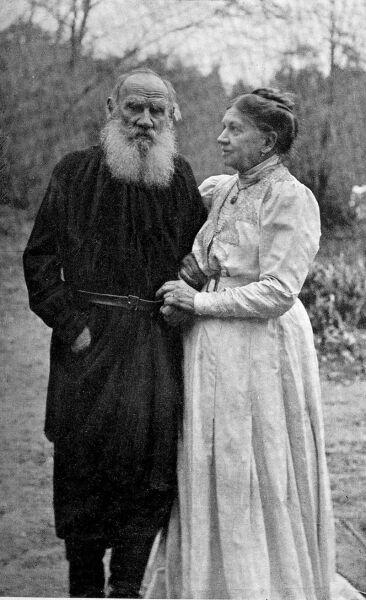 Лев Николаевич и Софья Андреевна в Ясной Поляне, за полтора месяца до смерти писателя