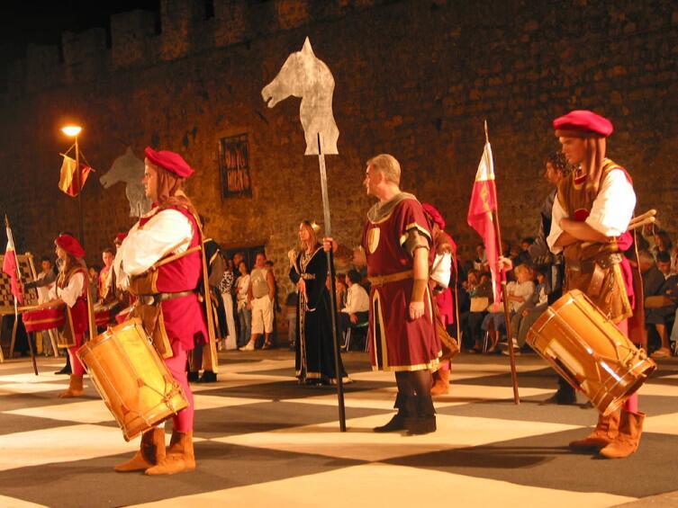 Традиционная постановка «живых шахмат» в Маростике, Северная Италия. 2004 год