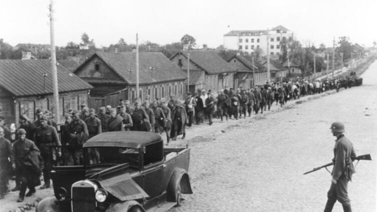 Колонна пленных красноармейцев, Минск, 1941 г.