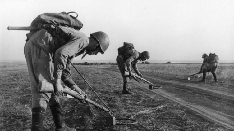 Советские саперы с миноискателями ВИМ-203 проверяют дорогу под Сталинградом