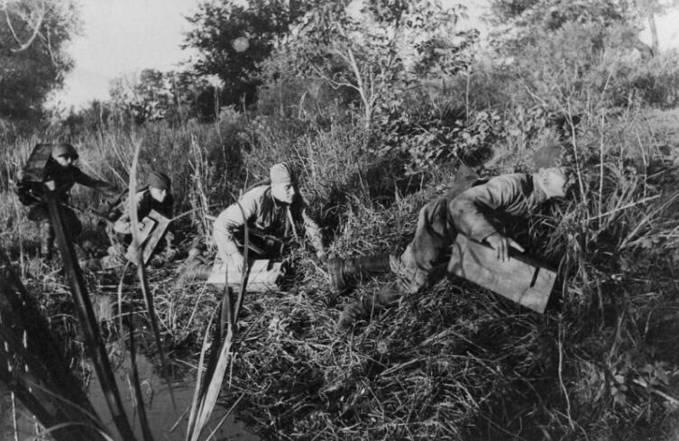 Советские саперы на берегу ручья под Сталинградом. В руках бойцов противотанковые мины ЯМ-5 (ящичная мина №5)