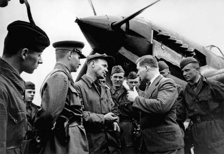Советский авиаконструктор С.В. Ильюшин беседует с летчиком-испытателем В.К. Коккинаки