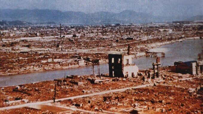 Вид с воздуха на Хиросиму, разрушенную взрывом американской атомной бомбы