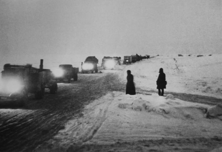Колонна грузовиков следует по «Дороге жизни» на Ладожском озере