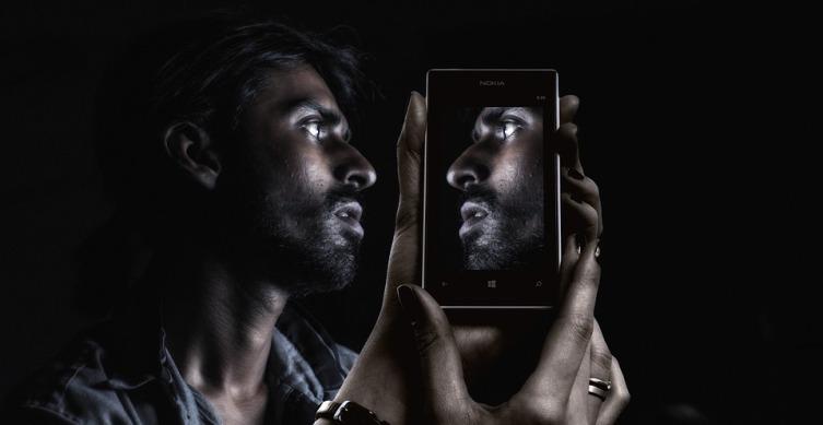 Поиск дешевого, но хорошего телефона воспринимается как возможность получить халяву, а подработка на дорогой телефон - работа
