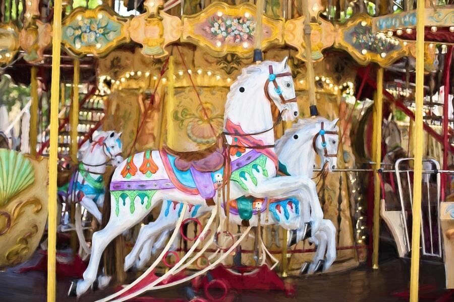 Под «Вращающимся колесом» автор имел в виду детскую карусель с раскрашенными пони