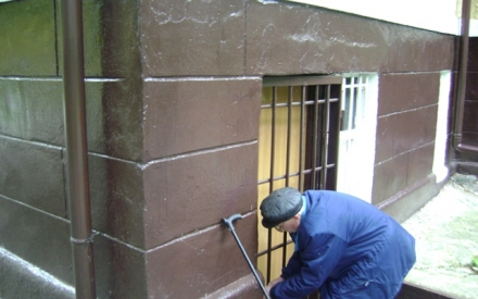 Уходя на прогулку, Иван Савельевич всегда запирает дверь в свою квартиру. Однажды его уже пытались ограбить, но злоумышленников кто-то спугнул...