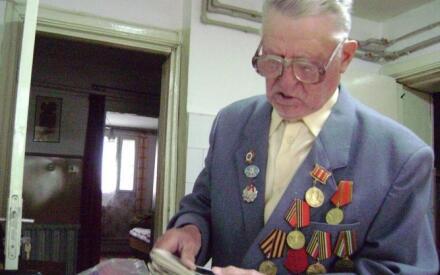 Иван Савельевич любит рассматривать благодарность от товарища Сталина...